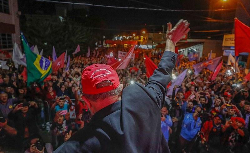 Cerca de seis mil apoiadores se reuniram no centro da cidade, no extremo Oeste catarinense, para celebrar a herança dos governos Lula.