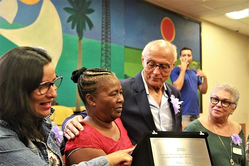 Cleone Santos, da ONG Mulheres da Luz, recebe o Prêmio Heleieth Saffioti