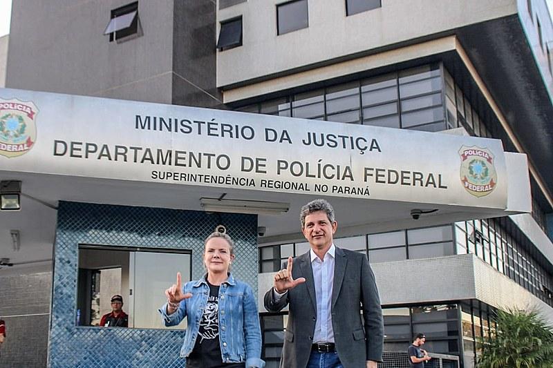 Gleisi Hoffmann (PT-PR) e o senador Rogério Carvalho (PT-SE) visitaram Lula nesta quinta