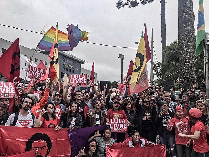 Clima é de grande expectativa na Vigília Lula Livre, em Curitiba