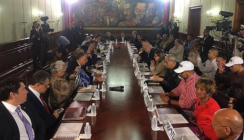 Mesa de reunião da Comissão para a Assembleia Constituinte na Venezuela com partidos nessa segunda-feira (8)