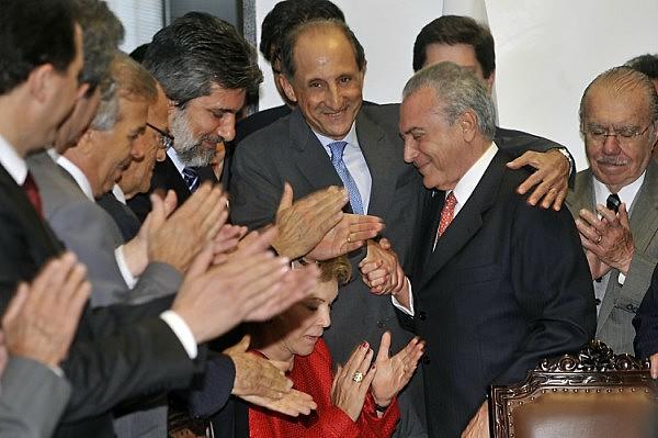 Paulo Skaf abraça Michel Temer em encontro com empresários apoiadores do impeachment