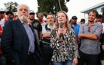 Wagner e Gleisi foram os primeiros a visitar Lula depois da familília