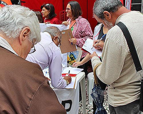Coleta de assinaturas realizada pelo Sindicato dos Trabalhadores de Educação Pública do Paraná
