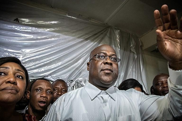 Félix Tshisekedi acompanhado da mulher, de familiares e apoiadores pouco depois de ser anunciado o resultado provisório da eleição congolesa
