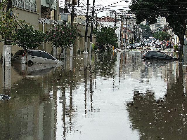 Enchentes em São Paulo fazem parte do cotidiano da cidade. Problema pode ser resolvido com planejamento urbano