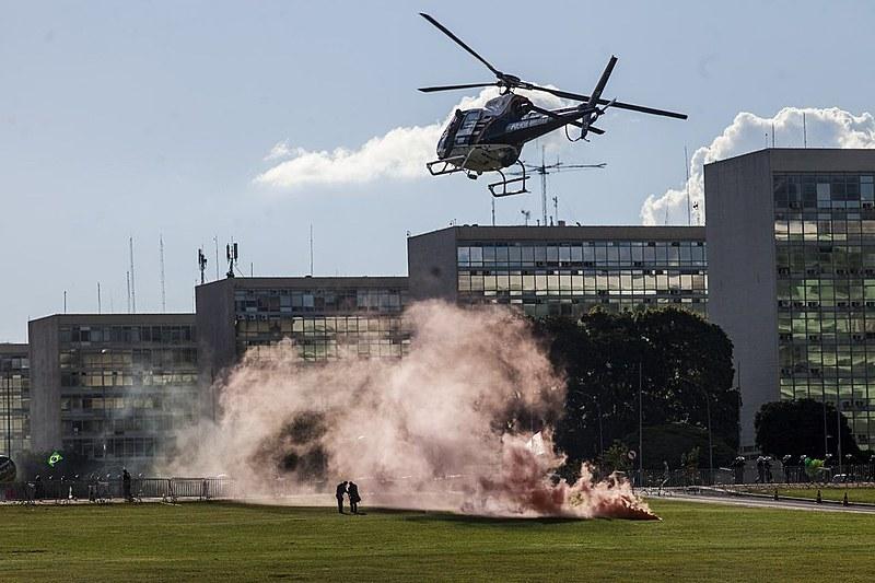 Em frente aos Ministérios, o clima era de guerra