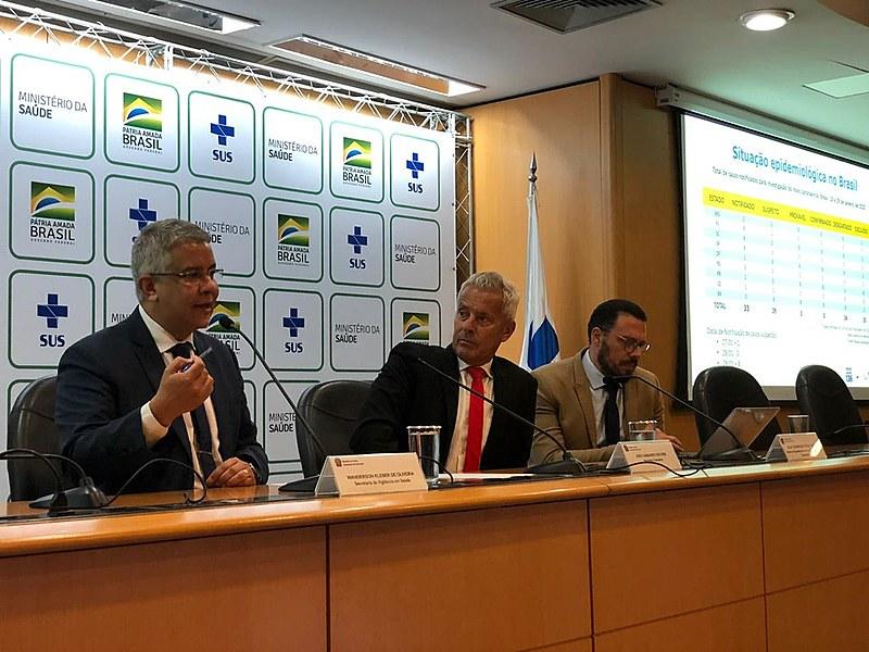 Executivos do Ministério da Saúde divulgam balanço do novo coronavírus no Brasil