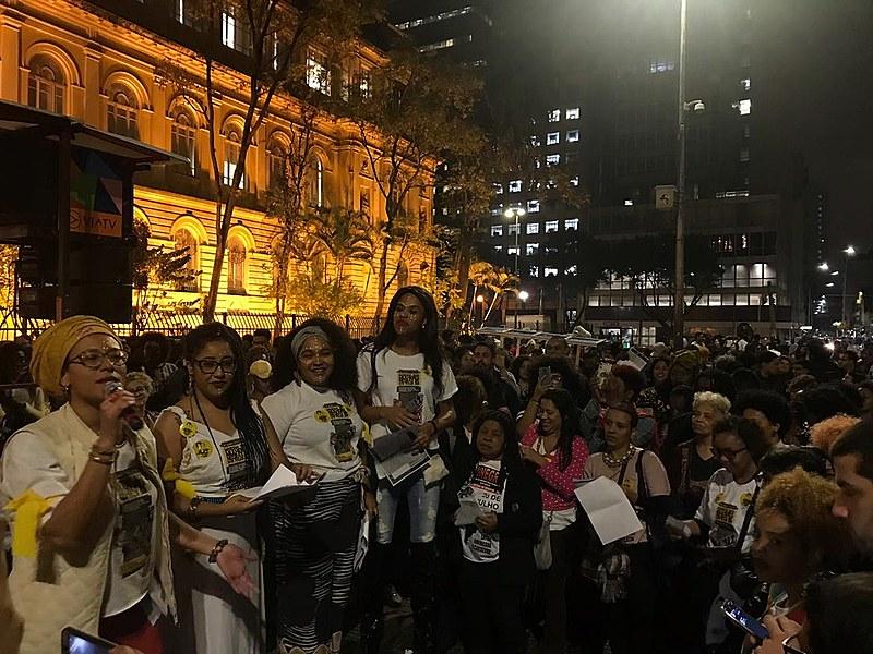 Centenas de mulheres e homens presenciaram um ato realizado em São Paulo (SP), na praça da República