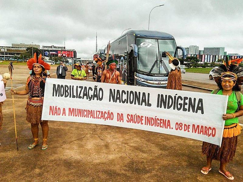 Indígenas marcharam em Brasília no primeiro semestre deste ano em razão do desmonte da saúde.