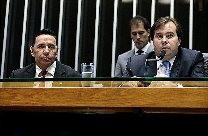 Presidente da Câmara, Rodrigo Maia, foi criticado por ter colocado medida de novo em votação