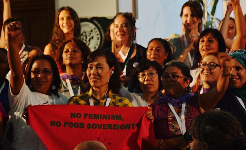 """Com o lema """"Construímos movimento para mudar o mundo, com feminismo e soberania alimentar"""", assembleia reúne 150 mulheres de 79 países"""