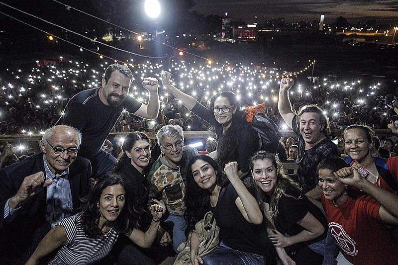 Caetano Veloso, Sônia Braga, Criolo, Emicida, Letícia Sabatela e Marina Person participaram do ato; sem-teto realizam marcha nesta terça
