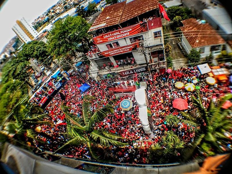 Multidão aguarda discurso de Lula em frente a sede do Sindicato dos Metalúrgicos de São Bernardo do Campo