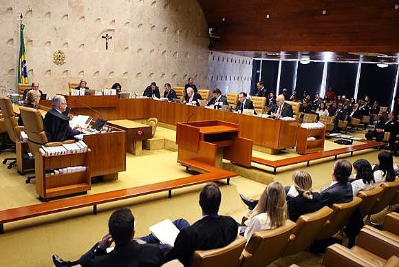 Ministros do STF decidiram, por 6 a 5, que padres e demais representantes religiosos poderão dar aula e professar fé na sala de aula