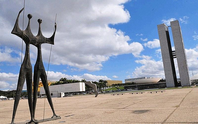 Praça dos Três Poderes, em Brasília (DF), reúne as sedes nacionais do Executivo, do Legislativo e do Judiciário