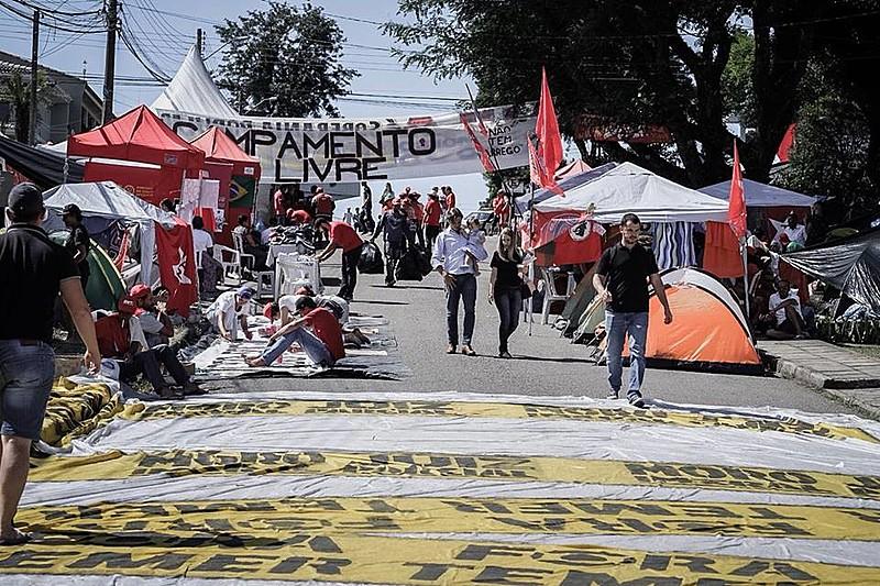 Cerca de 800 pessoas dormem todas as noites no acampamento montado próximo à Polícia Federal, onde Lula está