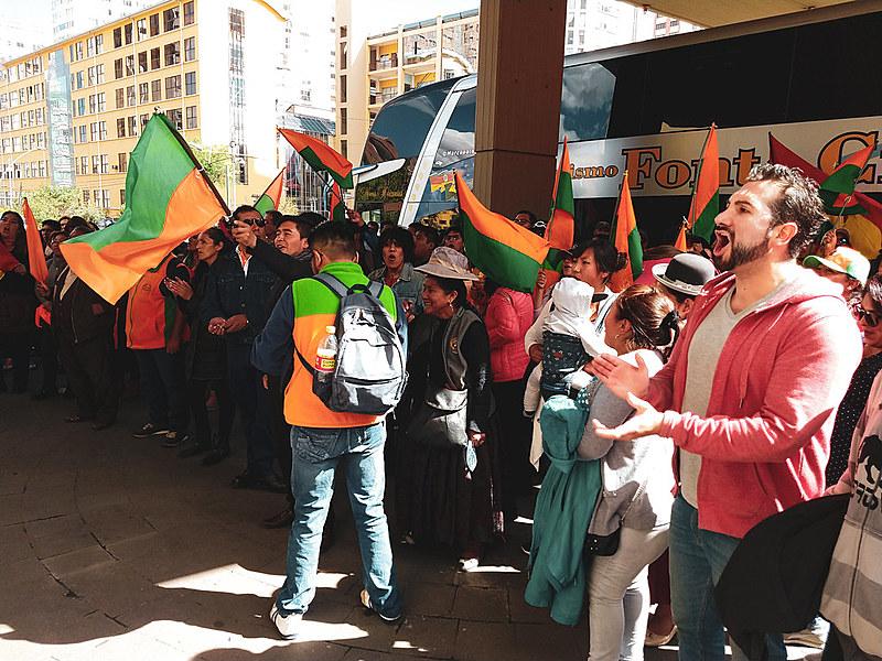 Cerca de 200 eleitores de Carlos Mesa ameaçam invadir hotel em La Paz onde o Tribunal Supremo Eleitoral (TSE) montou um centro de operação