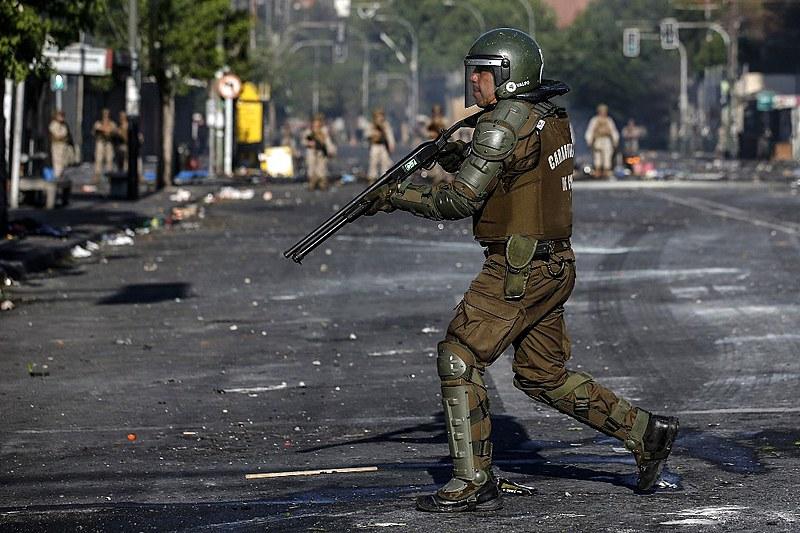 Governo neoliberal do Chile reprime violentamente protestos contra aumento de tarifas: incompatibilidade entre democracia e capitalismo