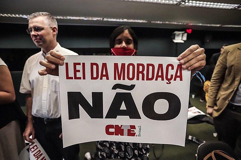 """Manifestante protesta contra projeto """"Escola sem Partido"""" na Câmara dos Deputados, em Brasília, nesta quarta (7)"""