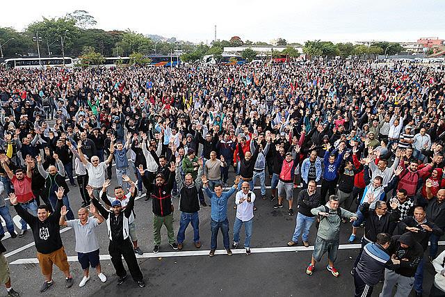 Trabajadores aprueban huelga por tempo indeterminado en asamblea la mañana de este lunes (14)