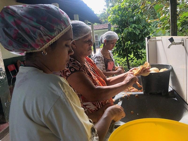 Grupo de mulheres fazem o doce de jenipapo.