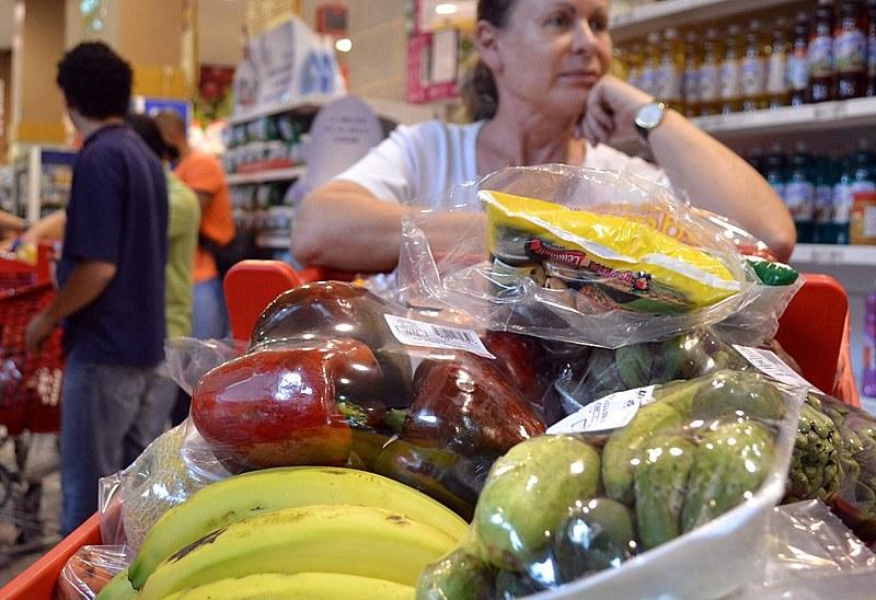 A comida representa 22% do total de despesas do mês de trabalhadores que recebem até dois salários mínimos.