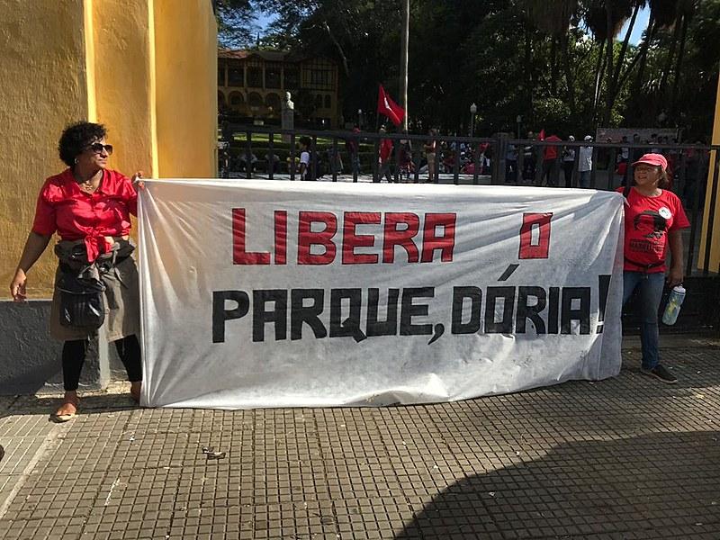 Protesto aconteceu em frente ao parque na tarde desta quarta-feira (17)