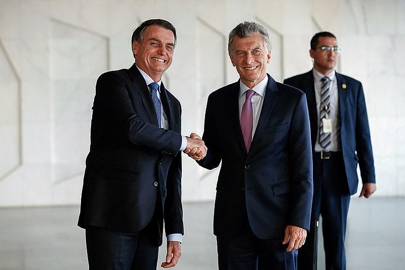 Jair Bolsonaro e Maurício Macri posam para foto após reunião no Palácio do Planalto, em Brasília, nessa quarta-feira (16)