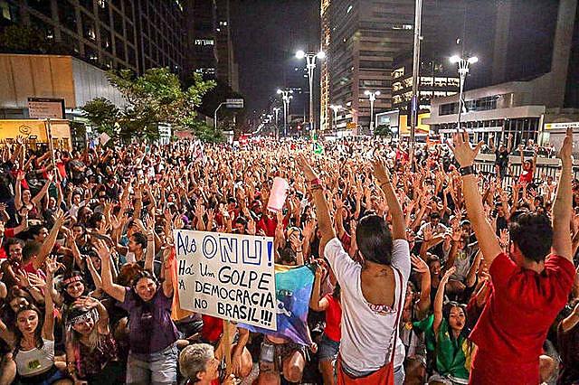 Ato que juntou milhares de pessoas após o golpe, na avenida Paulista, em São Paulo