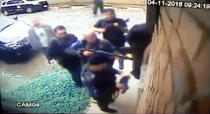 Após invadirem o local, policiais realizaram ao menos três disparos