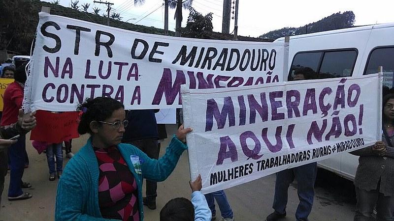 População protesta no município mineiro de Muriaé (MG) contra a Companhia Brasileira de Alumínio (CBA)