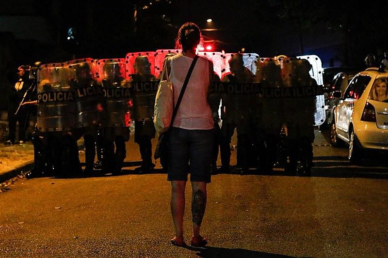 Apoiadora de Lula encara cordão da Tropa de Choque durante ofensiva da PM do Paraná