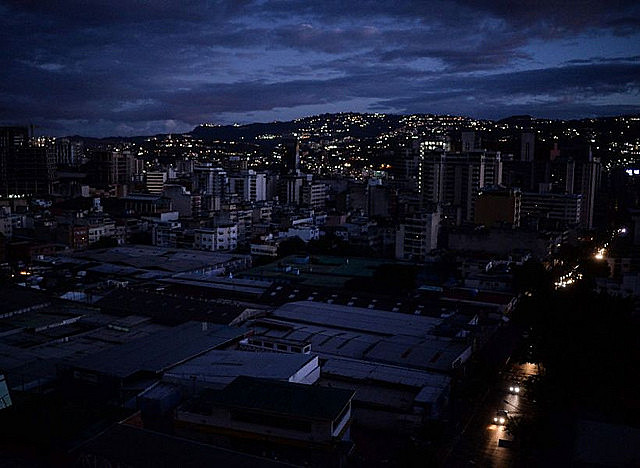 Caracas, capital da Venezuela, durante o apagão elétrico de 7 de março, que atingiu quase todos os estados do país
