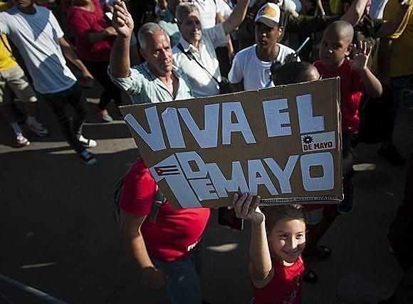 Há um mar de gente e, para onde quer que se olhe, tem pessoas com cartazes, faixas e camisetas em defesa do processo cubano.
