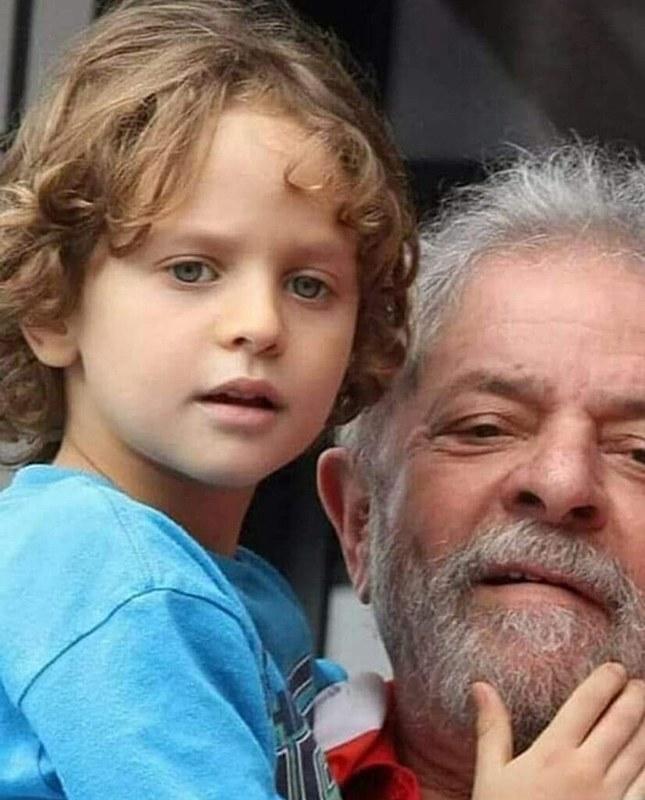 Ex- presidente Lula segura Arthur no colo.