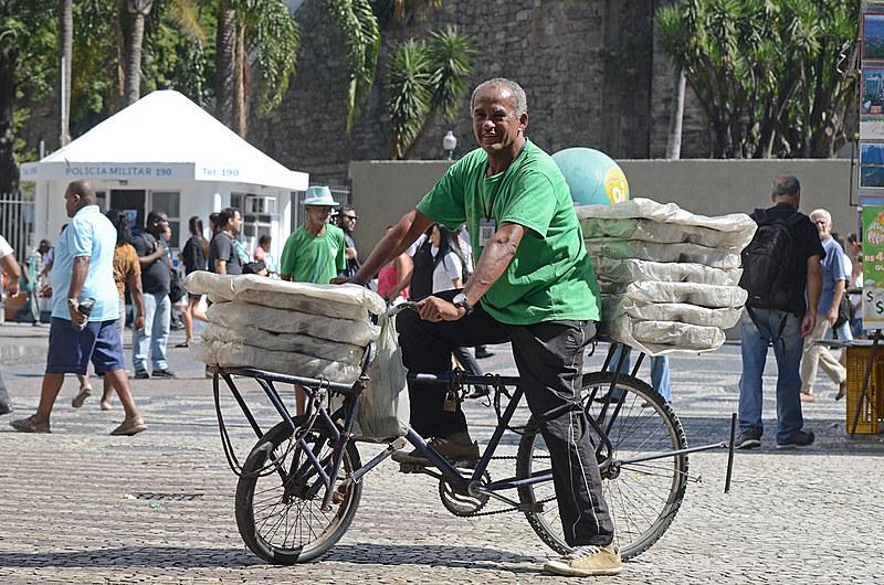 Teovam Azevedo usa sua bicicleta para transportar suas quentinhas no Rio