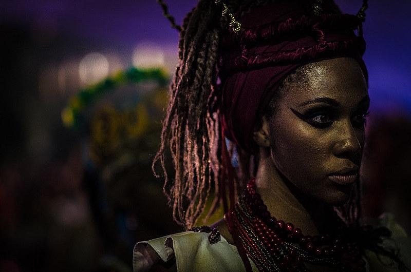 O Bloco do Ilú promove cortejo por ruas do centro de São Paulo, abrindo carnaval de rua e levando empoderamento às mulheres do tambor