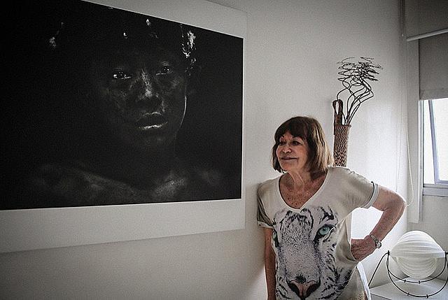 La fotógrafa Claudia Andujar posa frente a una de sus fotografías en su casa, en São Paulo