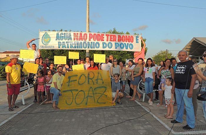 População saiu em protesto no centro do município