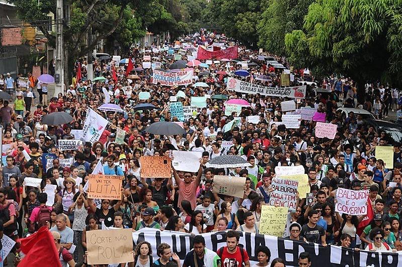 Professores, trabalhadores e estudantes se mobilizam em Belém, capital do Pará, contra o governo Bolsonaro
