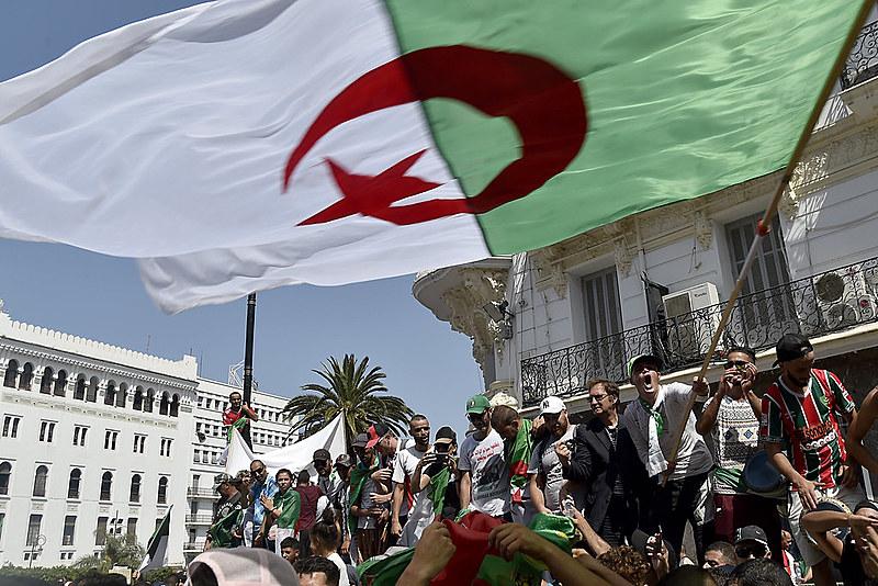 Atos começaram após o então presidente Abdelaziz Bouteflika anunciar que concorreria a um quinto mandato