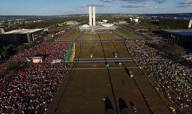 Lançado mundialmente em 19 de junho, o documentário emocionou diversos espectadores, que viveram o golpe à democracia do país