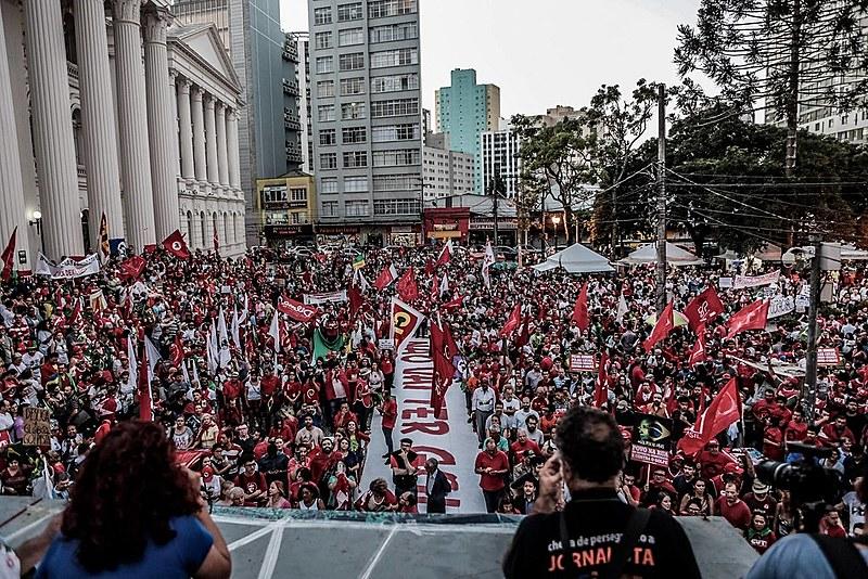 Manifestação contra o golpe e em defesa da democracia, organizada pelo Fórum de Lutas 29 de Abril, reuniu milhares de pessoas em Curitiba no dia 18 de março