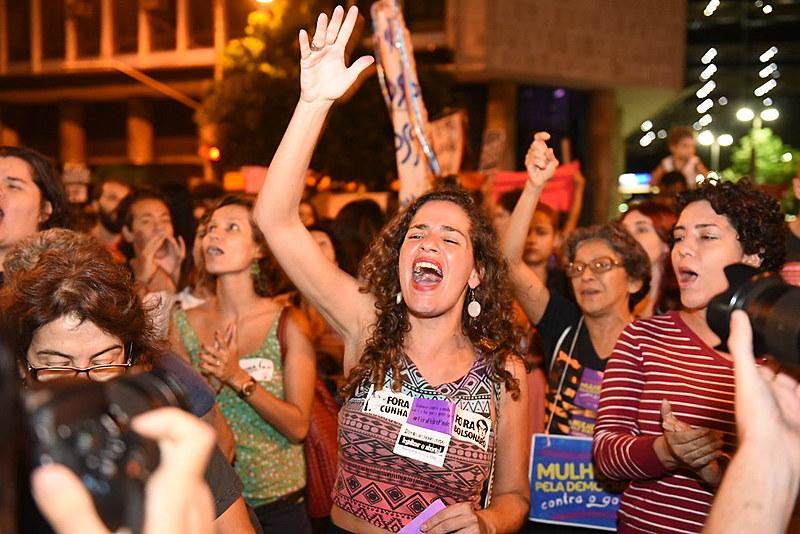 Depois de ato em frente à Alerj, mulheres saíram em marcha para denunciar violência contra mulheres
