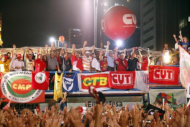 Entidades da Frente Brasil Popular durante ato com Lula na avenida Paulista, em São Paulo (SP).