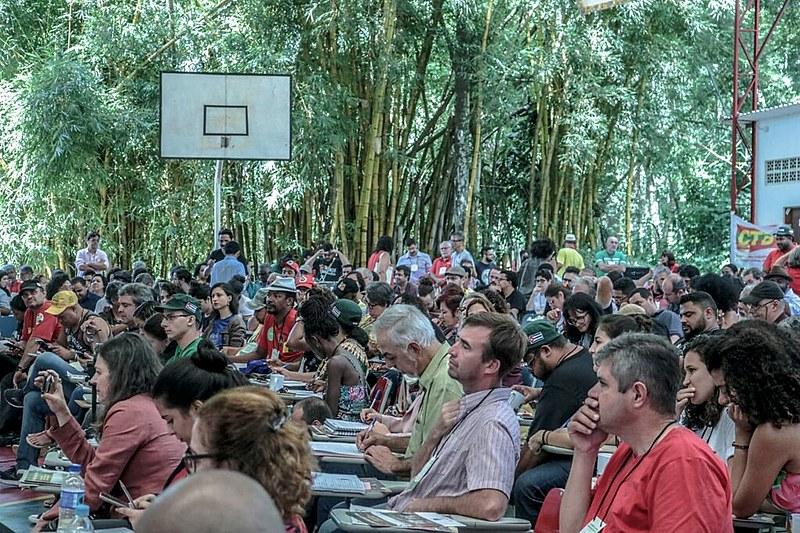 Militantes participam da abertura da conferência da Frente Brasil Popular