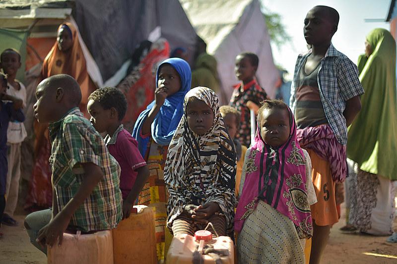 Jovens nos arredores de Mogadíscio, capital e a maior cidade da Somália