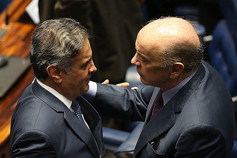 Senadores José Serra e Aécio Neves, ambos do PSDB, se cumprimentam no dia em que Neves retomou as atividades no Senado