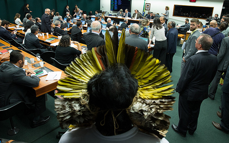 Indígena observa reunião votação do relatório da CPI da Funai e Incra